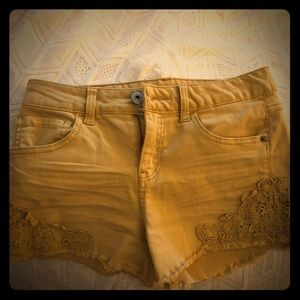 Vanilla star mid-rise shortie with lace appliqué!
